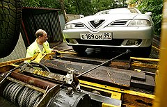 В зависимости от проблемы на помощь автомобилисту могут прислать либо машину техпомощи с инженером-механиком, либо эвакуатор