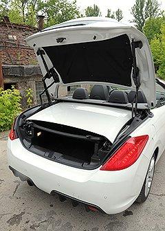 Багажник при сложенной крыше уменьшается вдвое и похож на щель
