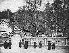 Благодаря значительным доходам, приносимым московским купцам-старообрядцам фабриками и заводами, община Рогожского кладбища обладала огромными финансовыми возможностями