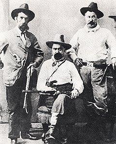 Уильям Пинкертон (в центре) так долго преследовал Уорта, что успел превратиться из его врага в друга