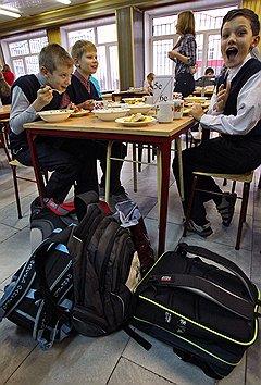 На питание одного ученика в день столичные власти выделяют 121 руб., остальное доплачивают родители