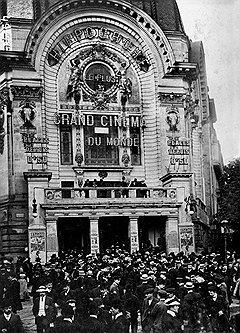 """В кинотеатрах Франции в ходе одного сеанса можно было увидеть хронику визита Николая II и фильм """"парижского жанра"""""""