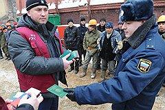 Облава на мигрантов — шумная реакция властей на приговор таджикского суда российским летчикам. Однако гораздо эффективнее было бы, например, заблокировать денежные переводы в Таджикистан