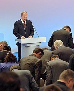 На 13-м году правления Владимиру Путину придется отвыкать от безусловного поклонения