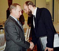 Какие бы отношения ни связывали Сергея Пугачева с Владимиром Путиным в прошлом, сегодня Путин от этих отношений открещивается
