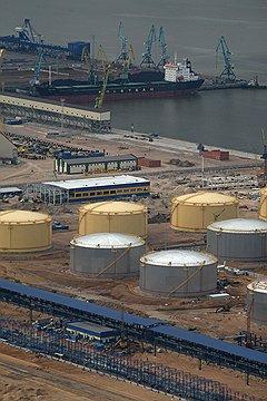 Принадлежащий Геннадию Тимченко терминал по перевалке нефтепродуктов, примыкающий к провалившимся причалам, исправно функционирует в тестовом режиме уже целый год