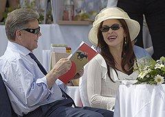 На фоне многочисленных коррупционных и криминальных скандалов Борис Громов выглядел на удивление безмятежным (на фото — с женой Фаиной)
