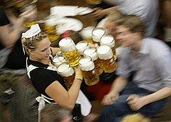 Бары ломятся только в тучные времена, а продажи баночного пива могут расти и в кризис