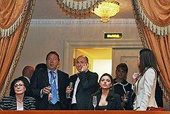 В последние годы визиты в Михайловский театр стали дежурными для политической элиты страны (на фото второй слева — управделами президента Владимир Кожин)