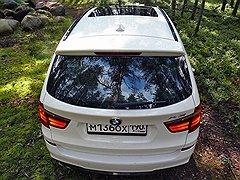 Карельские пейзажи с серыми валунами, зеленым мхом и голубым небом не портит даже автомобиль — если он белый и немецкий