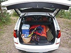 В багажник BMW X3 помещается в три раза больше вещей, чем на картинке, но выглядят они тогда не так красиво