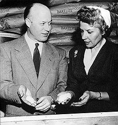 Американские домохозяйки не разлюбили пластиковую посуду даже тогда, когда ее создатель Эрл Таппер (на фото) стал костариканцем