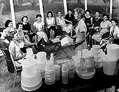 Американские домохозяйки не разлюбили пластиковую посуду даже тогда, когда ее создатель Эрл Таппер стал костариканцем