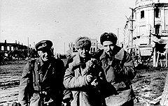 Борис Цейтлин (слева с Романом Карменом и Константином Симоновым) хотя и показал себя с лучшей стороны на фронте, но в Москве, где помнили о его позоре, почти не показывался