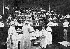 После того как торговля трупами была упорядочена, медицинские колледжи стали отовариваться в тюрьмах и работных домах