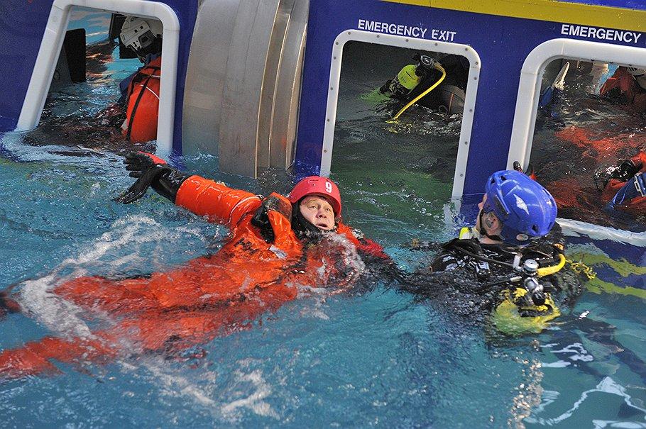 В настоящий вертолет, летящий на платформу, пускают только спасшихся из утопленной в бассейне тренировочной вертолетной кабины