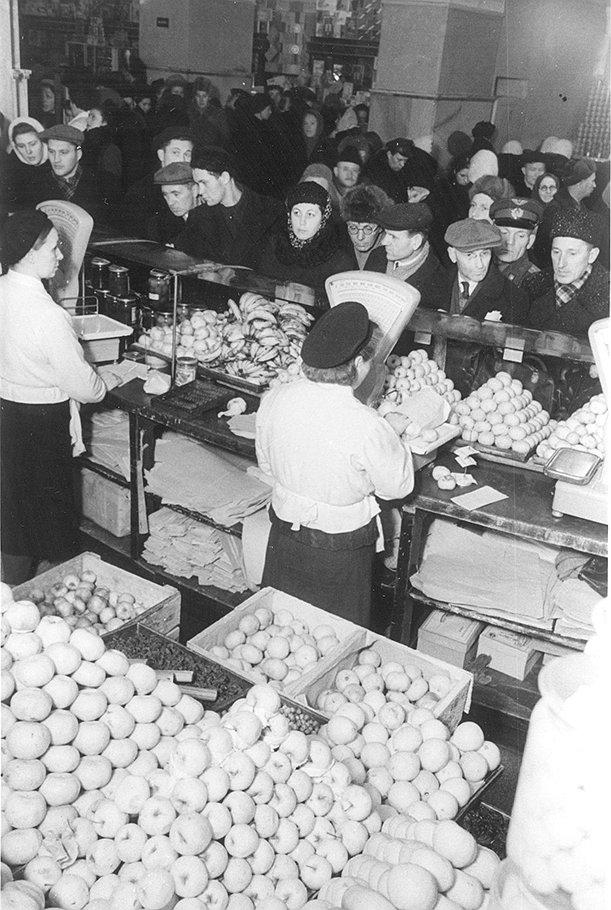 В предреформенной панике толпы покупателей, опустошив промтоварные магазины, взялись за продовольственные