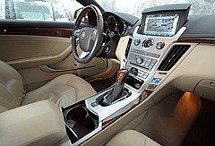 Салон Cadillac CTS Coupe прекрасно оснащен, но некоторые функции электронных систем в России не работают