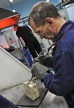 За день отливки через руки мастера проходит по 200-500 кг золота