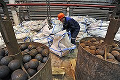 Шары в мельницах, стирающие ежедневно в пудру тысячи тонн руды, требуют постоянной замены