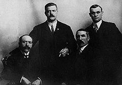 Лидер команды британских палачей Джон Эллис (слева) по совместительству был парикмахером и умер от бритвы