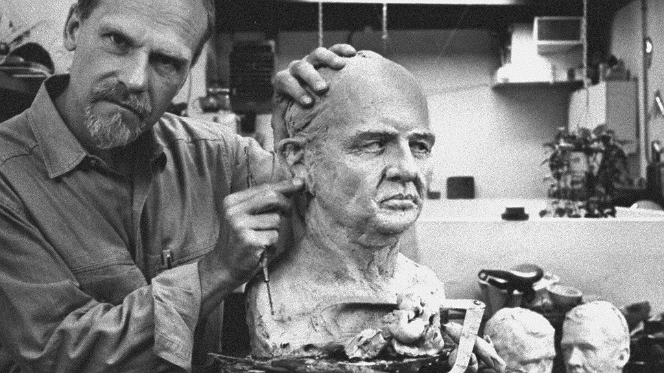Скульптор Фрэнк Бендер настолько удачно состарил бюст Джона Листа, что убийца окончательно состарился и умер в тюрьме
