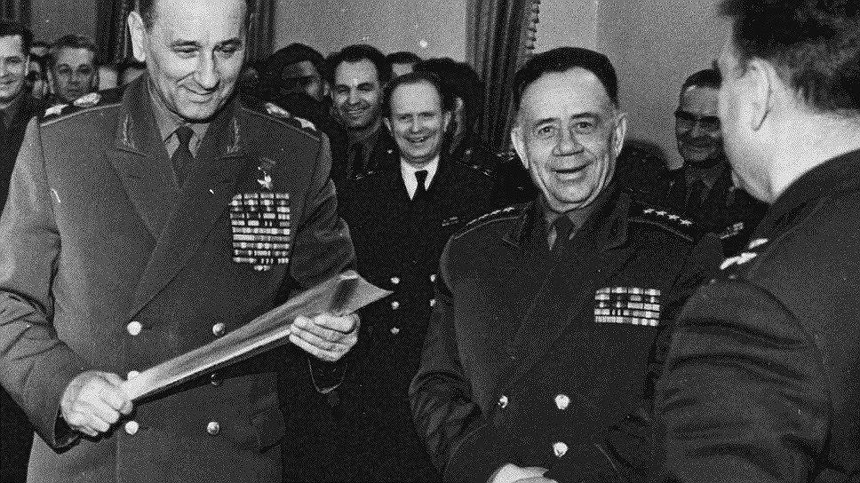Суровые приказы министра обороны маршала Гречко (на фото — слева) о наведении порядка слабо исполнялись во многих воинских частях