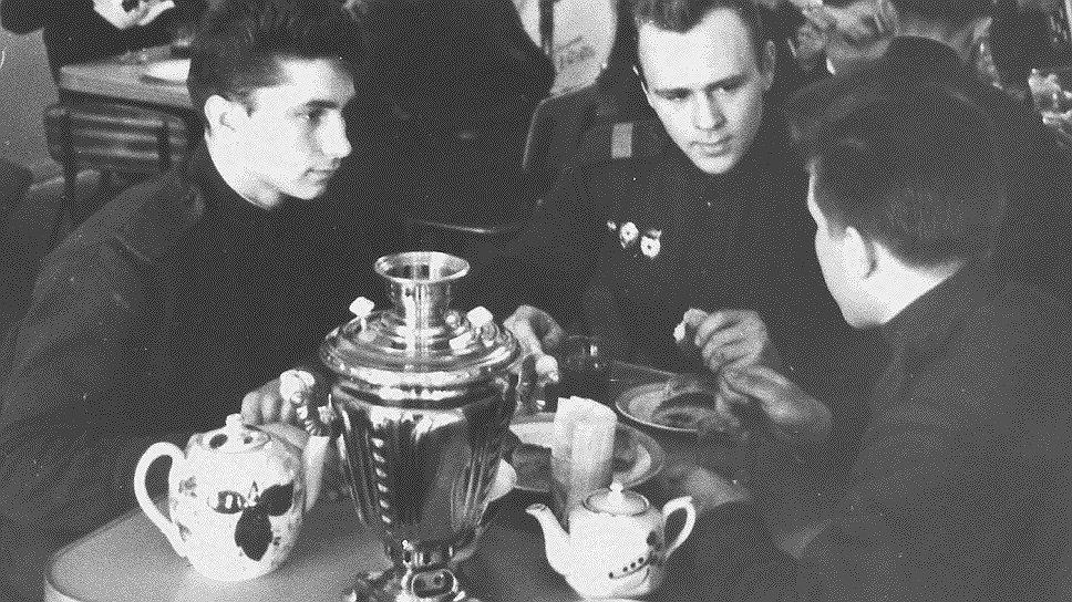 Многие преступления совершались из-за того, что солдаты и офицеры настою чайного листа предпочитали продукты переработки перебродивших злаков