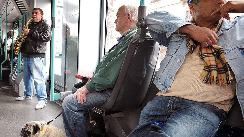В Женеве приезжие пытаются заработать любыми способами, даже в общественном транспорте