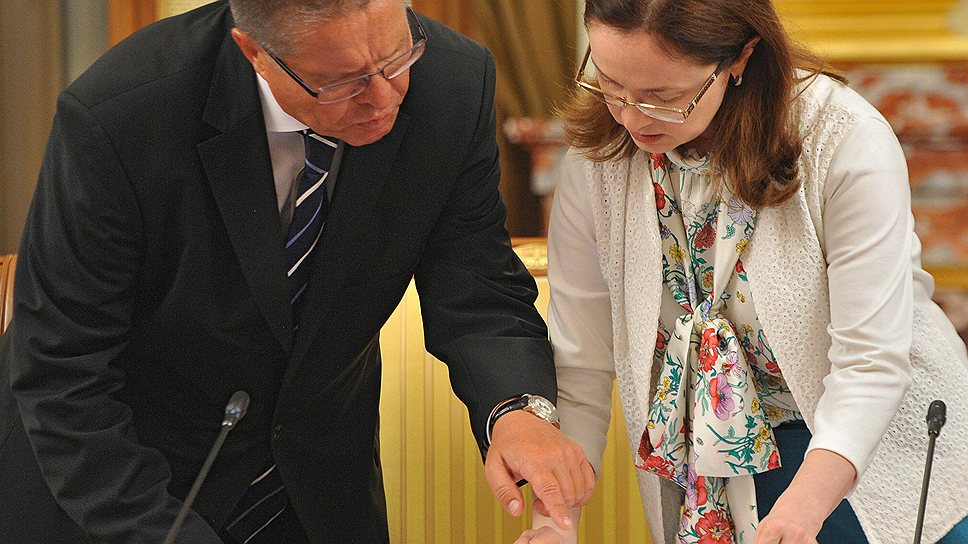 При определении курсовой политики Алексею Улюкаеву и Эльвире Набиуллиной придется ориентироваться не только на данные платежного баланса