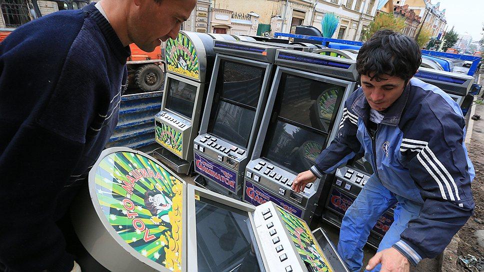 Быстрота, с которой полиция находит игровые автоматы в ходе спецопераций, заставляет предположить, что их местонахождение известно полицейским заранее