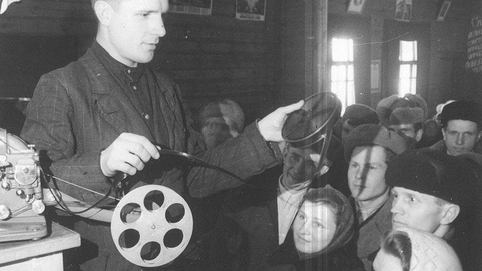 Небольшая группа молодых людей с помощью компактного кинопроектора смогла извлечь из демонстрации запрещенных фильмов значительную прибыль