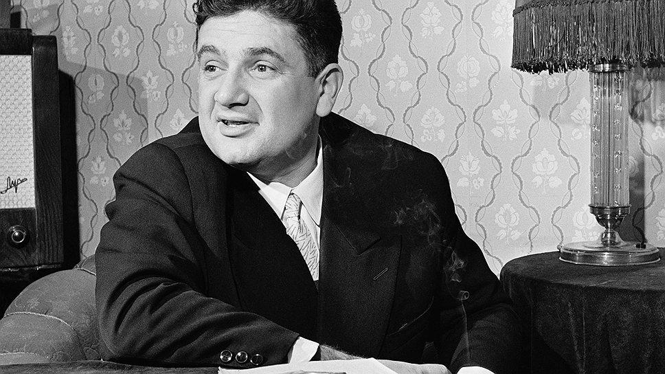 Конферанс привлеченного за наличные знаменитого актера Евгения Весника делал балы молодежи максимально привлекательными для публики