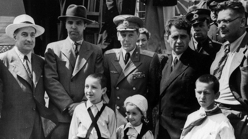 Даже сын Сталина Василий (на фото — в центре, в форме) в годы правления отца вынужден был выпрашивать фильмы из Госфонда для своих частных просмотров