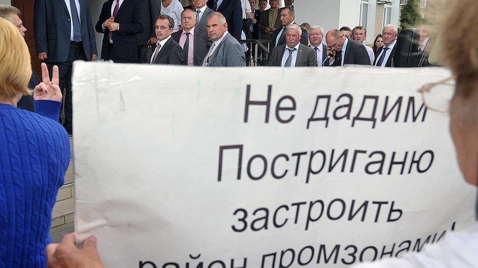 Врио губернатора Подмосковья Андрей Воробьев (второй слева в верхнем ряду) не готов обещать, что промзоны рядом с Завидово не будет, но вредных производств там не допустят
