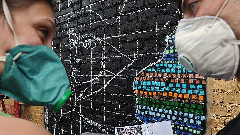 Художники работают парами: профи рисует контур, а подмастерье его заливает