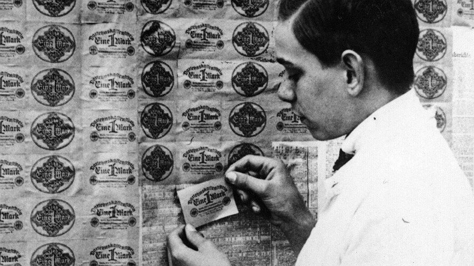 Практичные немцы обнаружили, что оклеивать стены банкнотами дешевле, чем обоями