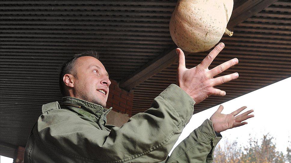 Стиль фермеров из горожан: бывший бизнес-тренер Алексей Иванов передвигается по полям на гольфкаре