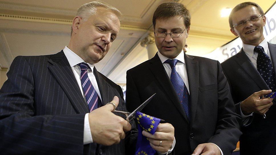 Премьер-министр Латвии Валдис Домбровскис (в центре) может гордиться: радикальность его реформ вознаграждена членством в зоне евро