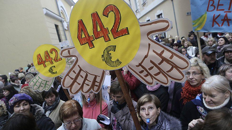 Учителя, добивающиеся зарплаты в €442,— признак весьма небогатой страны