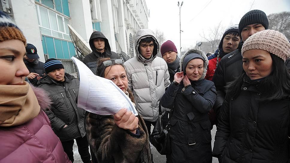 Половину кредитов в Казахстане берут в долларах, и после девальвации тенге многим заемщикам показалось, что им уже нечего терять