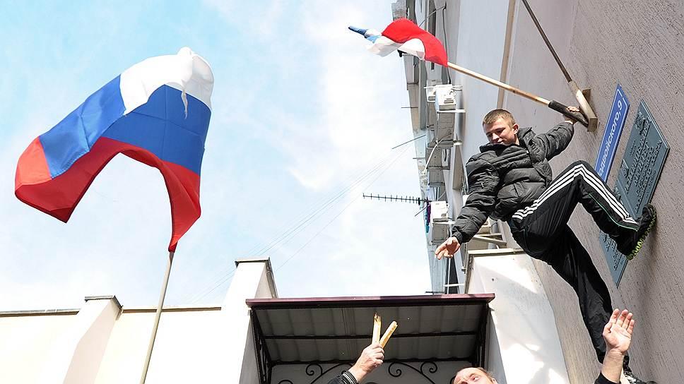 Еще с начала марта на полуострове практически перестали встречаться украинские флаги
