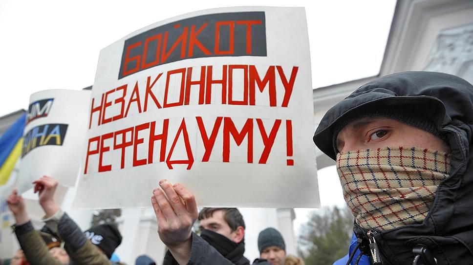Активных противников присоединения в Крыму немного, но все же больше, чем кажется из Москвы