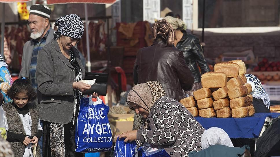 В Таджикистане система налогообложения предписывает уличным торговцам ежемесячно выплачивать 3% с оборота