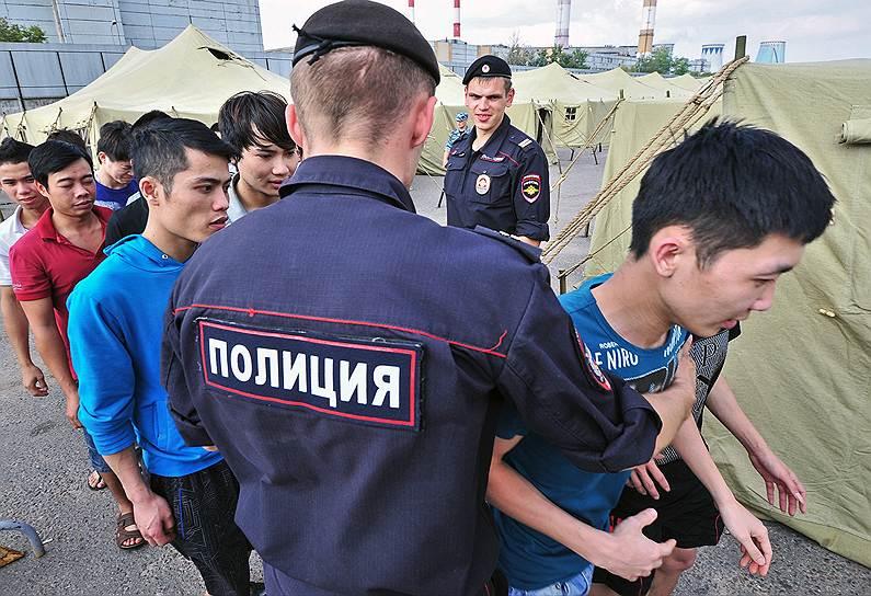Москва становится все менее гостеприимным местом для иностранных рабочих