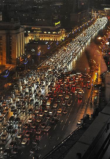 По количеству часов, проведенных в пробках, москвичи значительно обгоняют питерцев
