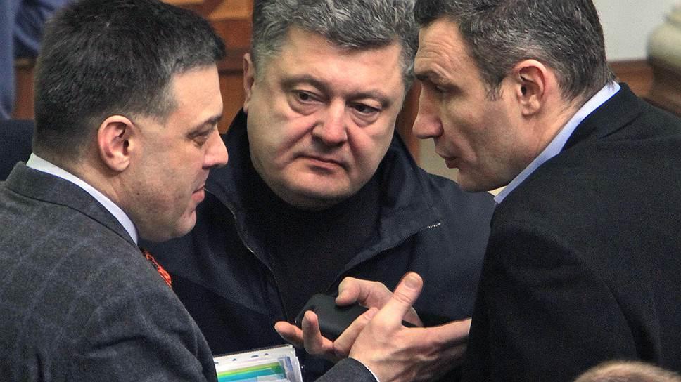 Петр Порошенко стал главным бенефициаром событий на Майдане, оставив позади его лидеров, боксера Виталия Кличко (справа) и националиста Олега Тягнибока (слева)