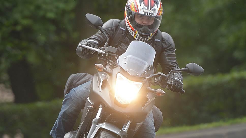 Многие мотоциклисты вопреки правилам дорожного движения в дневное время используют дальний свет фар, чтобы быть более заметными