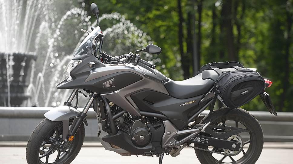 """На российском сайте """"Хонды"""" NC750XВ следует искать среди эндуро, хотя на самом деле это сугубо дорожный мотоцикл"""