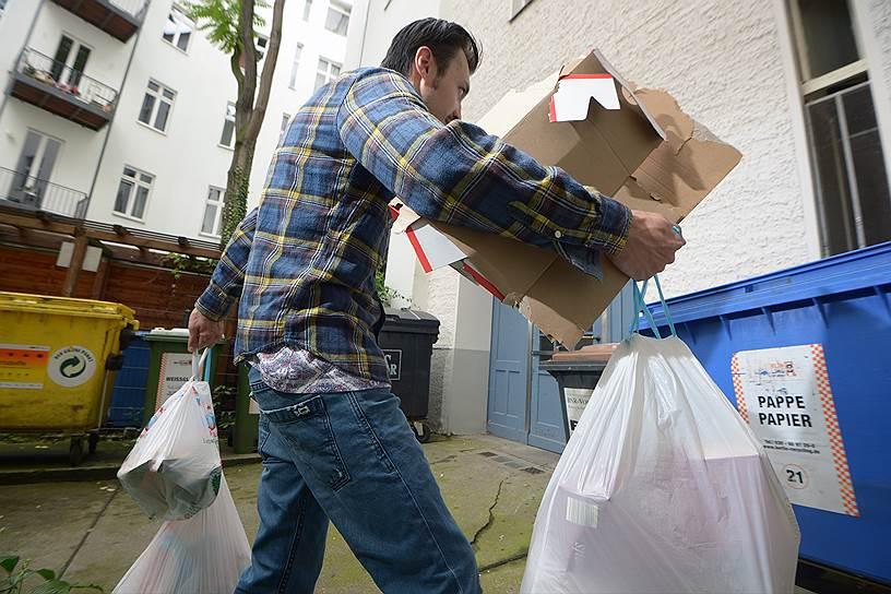 Пять-шесть мусорных контейнеров есть в каждом берлинском дворе: органические отходы сортирует каждая вторая семья, остальное — почти все семьи